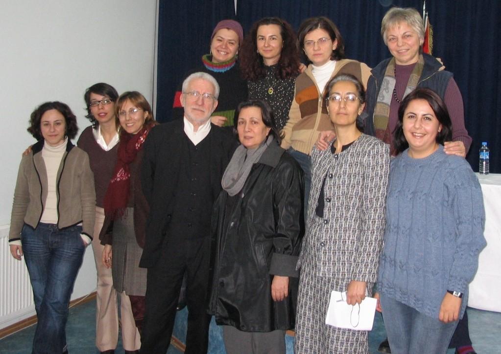 2005 yılında İstanbul'da yapılan bir toplantıdan sonra çeviribilimciler: (sol üst sıradan başlayarak soldan sağa) Meral Camcı, Ebru Gültekin-Ilıcalı, Ayşe Buna Karadağ, Sâkine Eruz Yeşim Tükel, Dilek Dizdar, Alev Bulut, Hans Vermeer, Işın Bengi Öner, Ayşe Nihal Akbulut, Özlem Berk