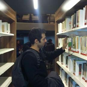 Şiir Kütüphanesi'nde Mert Fırat.