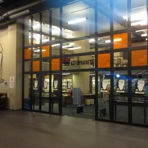 Kütüphanenin girişi.